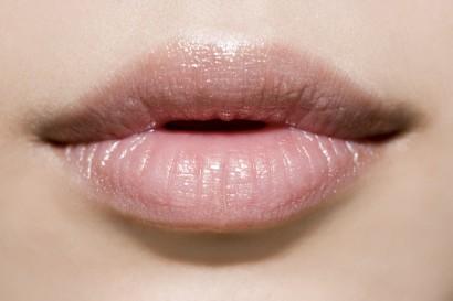 Снимаем макияж с губ